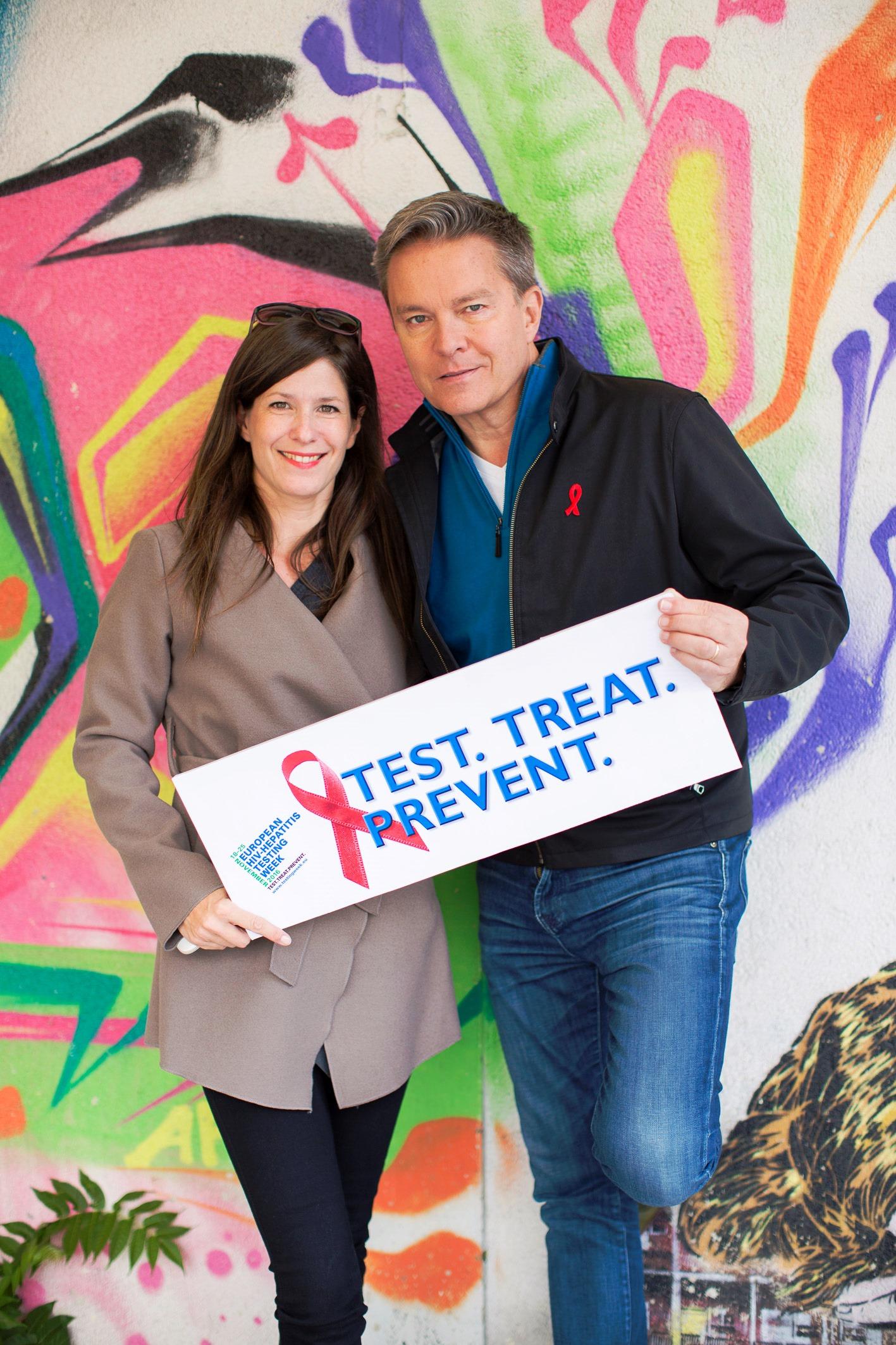 Juliana Metyko (links) und Alfons Haider (rechts) bewerben das Testangebot der Aids Hilfe Wien